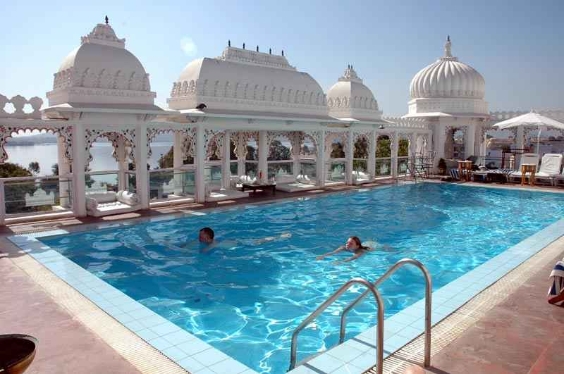 20 most amazing rooftop pools around the world thebitetour for Hotel in udaipur with swimming pool