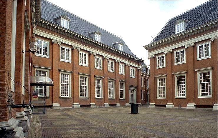 Amsterdam_Binnenplaats_meisjes