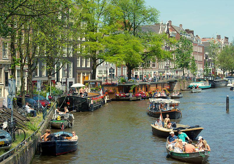 Canal_in_Jordaan,_Amsterdam_(9258952020)