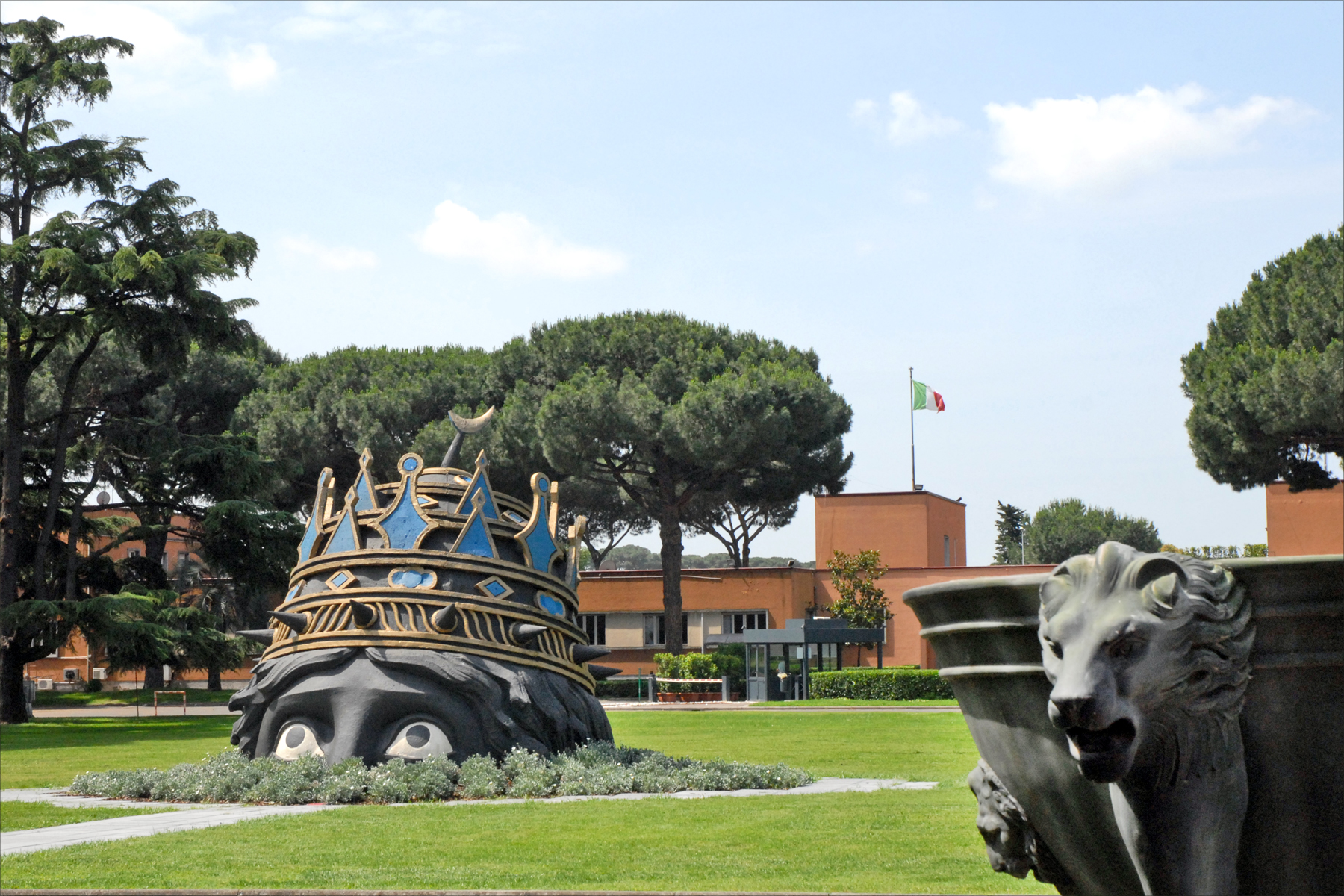 File:Cinecittà ouvre ses portes (Rome) (5856188558).jpg - Wikimedia Commons